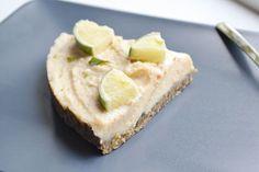 Deze frisse (raw vegan) limoen taart is ook weer vrij van witte fabriekssuiker en bloem, en vooral gemaakt van goede noten! Yay, voor gezondere opties!