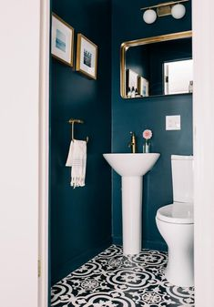 Small WC / powder room painted in dark blue with gold hardware Kleine Toilette / Gästetoilette in Du Small Toilet Room, Bathroom Colors, Bathroom Renovation, Bathroom Decor, Powder Room Paint, Painting Bathroom, Bathroom Inspiration Decor, Downstairs Toilet, Bathroom Design