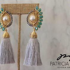PGDisponibles en varios colores. Pide los tuyos!!!! #pgjoyeriaartesanal #handmadejewelry #ideartemexico #mexicocreativo #manosmexicanas #mx #motas #colores Tassel Jewelry, Wire Jewelry, Beaded Jewelry, Jewelery, Beaded Earrings, Earrings Handmade, Handmade Jewelry, White Earrings, Jewelry Accessories