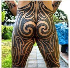 Impressive puhoro maori tattoo design buttocks and upper legs Type Tattoo, Full Body Tattoo, Life Tattoos, Body Art Tattoos, Tribal Tattoos, Tattoos For Guys, Maori Tattoos, Polynesian Tattoos, Tatoos