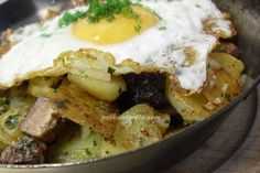 Tiroler Gröstl- potatoes, bacon and eggs roasted in an iron thick pan. All covered in spring onions and fragrant herbs. Austrian Food, Austrian Recipes, Egg Roast, Soul Food, Onions, Mashed Potatoes, Bacon, Eggs, Drinks