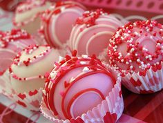 Valentine's Day Cake Balls Cake Pops by Dolcecreativesweets Valentines Baking, Valentine Desserts, Valentines Day Desserts, Valentine Cookies, Valentines Cakepops, Chocolate Covered Treats, Chocolate Bomb, Chocolate Covered Strawberries, Valentinstag Special