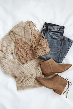 Brown sweater with bralette jeans and boots Brauner Pullover mit Bralette-Jeans und Stiefeln . Fashion Mode, Look Fashion, Fashion Trends, Trendy Fashion, Fall Fashion, Cheap Fashion, Affordable Fashion, Ladies Fashion, Womens Fashion