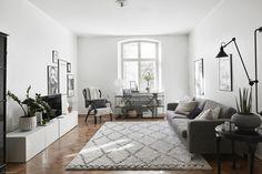 Tunnelmallinen ja rauhallinen läpitalon huoneisto Etu-Töölössä.  Modernia kotia on saneerattu tyylillä, kuitenkin vanhaa kunnioittaen. Paljon kauniita alkuperäisiä yksityiskohtia.  Avaran pohjaratkais