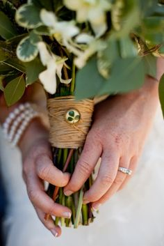 Isn't this a beautiful idea for an Irish wedding bouquet? This website is awesome.