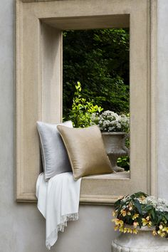 The lure of the luxurious. SFERRA decorative accessories: Netto pillow and Bettiza super-fine cashmere throw.