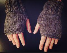 Material a utilizar: - 100 gr de lana semigorda con acrílico color amarillo o el color que usted guste - Agujas Nº 4 1/2 o del ...