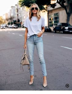 All about fashion, spring summer fashion, spring outfits, jean outfits, cas Outfit Jeans, Light Blue Jeans Outfit, White Tshirt Outfit, White Tshirt And Jeans, Cropped Jeans Outfit, T Shirt Outfits, Blue Jean Outfits, Blazer Jeans, Dressy Pants