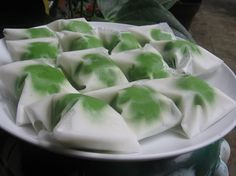 Recipes and How to Make Bugis Mandi Cakes - food and Indonesian Desserts, Indonesian Cuisine, Asian Desserts, Asian Recipes, Malaysian Dessert, Asian Cake, Steamed Cake, Coconut Desserts, Traditional Cakes