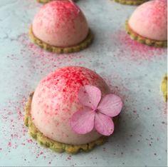 Mini rabarberkager med pistaciemarcipan. Lækre små rabarberkager til dessert eller velkomst kage. Se opskrift her.