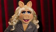 Découvrez Miss Piggy chanter Bitch Better Have My Money de Rihanna.