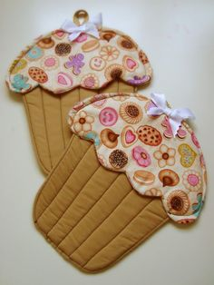 Potholder Patterns, Quilt Patterns Free, Sewing Hacks, Sewing Tutorials, Fabric Crafts, Sewing Crafts, Diy And Crafts, Crafts For Kids, Quilted Potholders