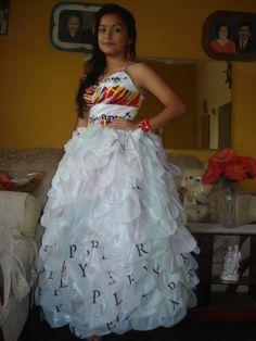 Vestido de reciclaje con bolsas. En el enlace hay más ejemplos