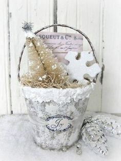 50 White Vintage Christmas Ideas for Decorating love this little peat pot!