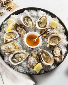 Geef je oesters wat extra pit voor de feestdagen en marineer ze met een lekker sausje op basis van harissa, gember en gin. Puur genieten!