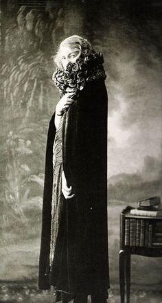 La 1ère Guerre Mondiale Contraint Madeleine Vionnet à Fermer sa Maison, mais elle Continue à Travailler. Ses Créations de 1917 à 1919 seront parmi les plus Audacieux (ici, en 1918, elle Porte un de ses Modèles)