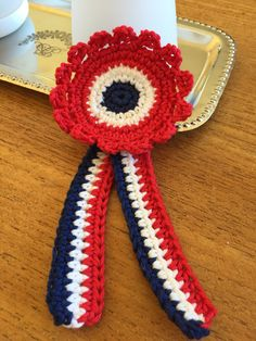 17.mai-sløyfe 17. Mai, Ray Dunn, Drops Design, Crochet Flowers, Memorial Day, Jute, Norway, 4th Of July, Needlework