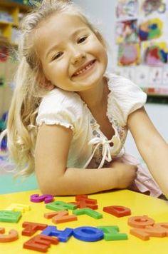Cómo enseñarle a un niño de preescolar a escribir y deletrear su nombre | eHow en Español