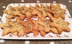 Dimanche passé fut un dimanche cuisine. J'avais envie de tester une recette de Noël mais j'avais déjà mangé bien assez de friandises sucrées que pour préparer des biscuits ou un gâteau. J'ai donc opté pour une recette salée : je me suis lancée dans la confection de sablés au parmesan et romarin. Période des fêtes oblige, j'ai décidé de les faire en forme de flocons de neige à l'aide de mon emporte-pièce récemment acheté. Si vous voulez connaître la recette de ces petits sa...