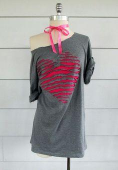 30 Tremendous T-Shirt DIY Makeovers It's best to attempt now - Refashion Kleidung Design, Diy Kleidung, Old T Shirts, Cut Shirts, T Shirt Redesign, Off The Shoulder Tee, Diy Vetement, Heart Shirt, Refashioning
