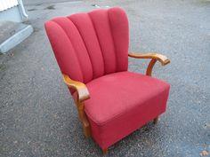 Muhkea ja isokokoinen 40/50-luvun nojatuoli.  Verhoilu ehjä ja siistikuntoinen (kuvassa näkyy istuimessa vaalea läikka, mutta se on kameran aiheuttama), käytön jälkiä toki näkyy. Jouset ei ihan niin jämäkät kuin uutena, mutta menevät tässä vielä.  Käsinojat ovat siistit ja tukevasti kiinni.  Tuoli on isokokoinen ja istuinosa on leveä; 67 cm. Tuolin koko korkeus 90 cm. MYYTY.