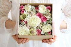 サプライズ・プレゼントに! フラワーボックス Flower Frame, Flower Boxes, Hipster Wedding, Mothers Day Flowers, How To Preserve Flowers, Flower Arrangements, Decorative Boxes, Wraps, Wedding Inspiration