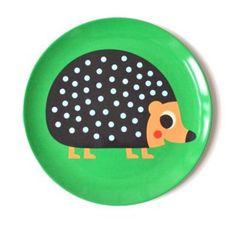 <p>Ravissante assiette en mélamine avec le dessin d'un hérisson sur fond vert, illustration Ingela P. Arrhenius, éditée par OMM Design. Pour égayer vos picnics ou vos tables d'anniversaire et ne plus craindre la casse ! A coordonner avec le bol et les couverts assortis . On aime la gaité de cette série pour des repas joyeux et gourmands !</p>