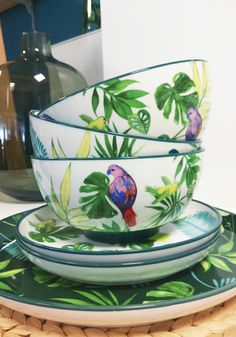 Embarquez pour les tropiques au petit-déjeuner avec ces bols en porcelaine TROPICAL NIGHT avec cette nature luxuriante avec des oiseaux colorés. Vous utiliserez les bols à tous moments de la journée, pour votre petit-déjeuner, pour votre poke bowl, pour votre potage... Toutes les occasions sont bonnes. #vaisselle #tropicale Poke Bowl, Wild Nature, Decoration, Tableware, Bowls, China Bowl, Tropical Decorating, Colorful Birds, Decor