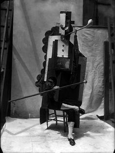 Parade (1917)  au théatre du chatelet  un ballet dansé par les ballets russes de Diaghilev, livret de cocteau, musique par satie, décors et costumes par picasso  Ce qui a fait scandale à l'époque fait complètement réver maintenant... comme quoi le génie est rarement accepté en son temps