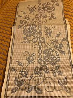 This Pin was discovered by Νέν Cross Stitch Borders, Cross Stitch Designs, Cross Stitch Patterns, Cross Stitch Heart, Cross Stitching, Crochet Lace Edging, Crochet Cross, Crochet Doilies, Crochet Curtains