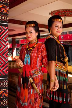 *Traditional, Tana Toraja | Indonesia * Funeral Ceremony, Costumes Around The World, International Clothing, People Of The World, World Cultures, Colourful Outfits, Color Of Life, Traditional Dresses, Southeast Asia