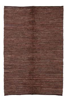 Räsymatto nahkaa. Loimi puuvillaa. Koko 140x200 cm.<br><br>Saat lisäturvaa ja -mukavuutta, kun levität maton alle liukuestematon, joka pitää maton napakasti paikallaan. Valikoimassamme on erikokoisia liukuestemattoja. <br><br>100% nahkaa<br>Imurointi