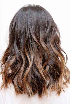 Coupe de cheveux moyenne / brun ombré. Wavy effet
