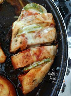 Esse peito de frango recheado com abobrinha, tomate e cebola é fácil de fazer e fica bem gostoso. Depois de assado coloque queijo muçarela ralado para gratinar.