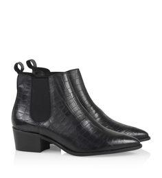 Sort ankelstøvle i krokopræget læder med lille chunky hæl, rundspidset tå og elastikdetaljer på begge sider.