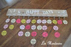 Tableau(ou calendrier) d'anniversaire facile à réaliser et pas cher... Une planche de palette, du papier cartonné, oeillets, crochets, peinture et y a plus qu'à....