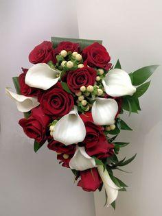 Roses & lys calla Lys Calla, Bouquets, Floral Wreath, Creations, Roses, Wreaths, Plants, Home Decor, Wedding Bouquet