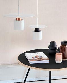 Kolorit er en slående lampe fra danske Frandsen. Den er produsert i matt hvitlakkert metall med spennende former og detalj i børstetkobber eller matt grå. Lampen kommer i to størrelser og må gjerne kombineres med to eller tre stykker av ulik størrelse om dinplass og interiør tillater dette.