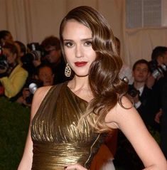 Jessica Alba was one of many who decided to wear her hair in soft, sideswept curls last night at the Met Gala. Joining her in the trend were Lana Del Rey, Coco Rocha (with a splash of pink) and Amy Adams to name just a few. Young Jessica Alba, Jessica Alba Hot, Bikini Pictures, Bikini Photos, Beauty 101, Hair Beauty, 50s Hairstyles, Prom Hair, Cut And Color