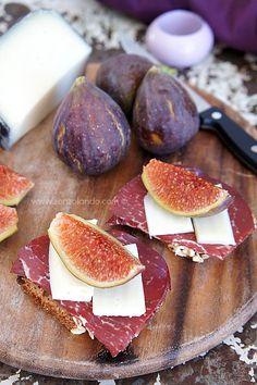 Crostoni con bresaola, fichi e formaggio - Crunchy whole wheat bread with figs, dried beef and cheese