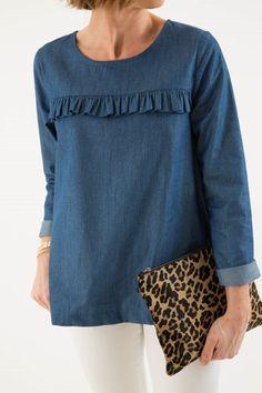Fin bluse med lidt flæse over brystet + opsmøg på ærmer Cut Up Shirts, Tie Dye Shirts, T Shirt Yarn, T Shirt Diy, Denim Shirt, Blouse Styles, Blouse Designs, Mode Outfits, Fashion Outfits