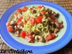 Spaghetti con salsa de aguacate, anacardos, champiñones y tomates (V)