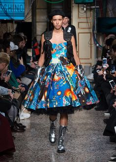 Discover Moschino'sAutumn Winter 2017/18 collection presented during the 3rd day ofMilan Fashion Week. FALL WINTER 2017/18 MENSWEAR COLLECTIONS The place: an ancient palazzo. The time: an indeterminate future. The collection: a curated clash between dystopia and hope presented by Moschino designer Jeremy Scott. For Pre-Fall and Menswear Fall/Winter 2017 we are on a mission. The …