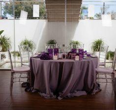 Mesa decorada en salón