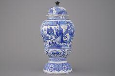 Opmerkelijke grote Delftse urne met deksel, met chinoiserie, 17e eeuw
