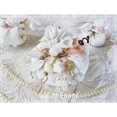 Mittelgroßer weißer Kürbis im Shabby Stil, verziert mit all dem hübschen Tand das meinem Atelier inne wohnt♥