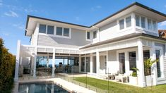 Bungan Headland Residence by Stritt Design and Construction House Paint Exterior, Exterior House Colors, Exterior Design, Weatherboard House, Queenslander, House Color Schemes, Grey Houses, Pergola, Hamptons House