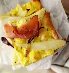 Flammkuchen mit Spargel und Hollandaise und roher Schinken top shot Quiches, Sprout Recipes, Exotic Food, Hawaiian Pizza, Snacks, Quick Easy Meals, Soul Food, Camembert Cheese, Sandwiches