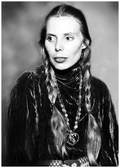 Joni Mitchell in 1970, photo by Dick Barnatt.