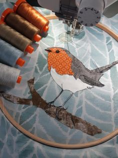 Christmas Robin Applique by Aurifil Artisan Kathy Ross – AURIbuzz Bird Applique, Applique Embroidery Designs, Embroidery Fabric, Free Motion Embroidery, Free Machine Embroidery, Robin Bird, Applique Templates, Holly Leaf, Sheep Wool